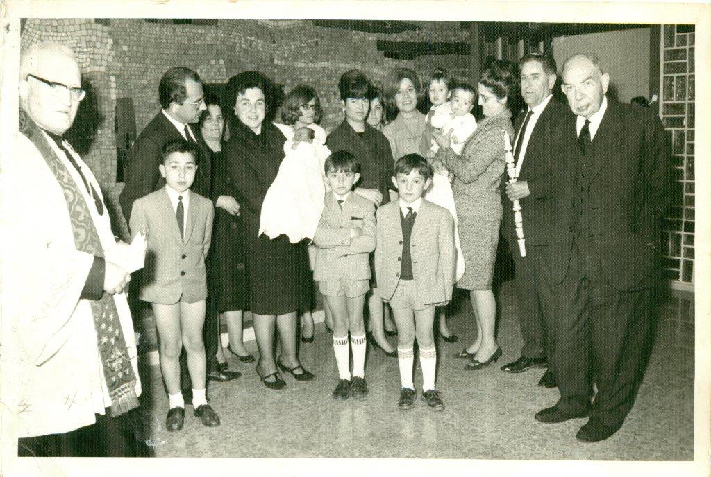Bautizo de . . . . con Joan, la abuela Concha, Rosita, Carmen, Pedro, Ana, Cochi, Xavi, Mari, Inmaculada, Paquin, Gracia y el abuelo Juan Manuel.